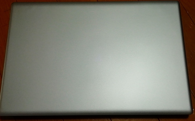 MUGA ストイックPC2の外観はシルバーで落ち着いた雰囲気の画像
